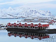 Eén van de hoogtepunten wordt ongetwijfeld een verblijf in een rorbu, een typisch houten vissershuisje langs het water