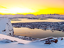 Tromsø was vroeger een bekende vissershaven en handelspost door zijn beschermde ligging