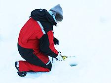 Op een bevroren meer kan u de technieken van het ijsvissen onder de knie krijgen