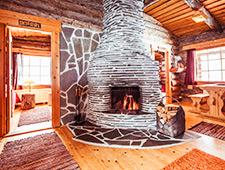 Iedere hut telt een 2 à 3-tal kamers, een gemeenschappelijke ruimte met douche- en toiletfaciliteiten en een gemeenschappelijke woonruimte met open haard