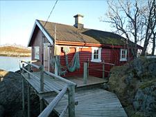 Overnacht in een rorbu, een typisch rood geschilderd vissershuisje aan de rand van het water
