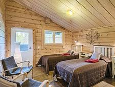 De lodge telt 12 kamers die elk beschikken over twin bedden en  een eigen badkamer met douche en toilet