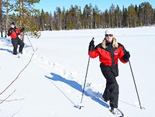 U maakt een aangename en rustige sneeuwschoenwandeling naar een nabijgelegen meer
