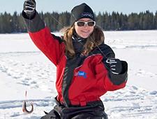 Op één van de bevroren meren wordt gestopt om te ijsvisen