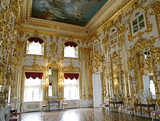 De grandeur van Petrodvorets, gebouwd naar het voorbeeld van het Kasteel van Versailles