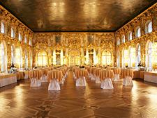 Een van de rijkelijk versierde balzalen van het Petrodvorets paleis