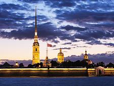 De toren van de kathedraal van Sint-Petrus en Paulus is 122 m hoog en heeft een vergulde spits van 60m